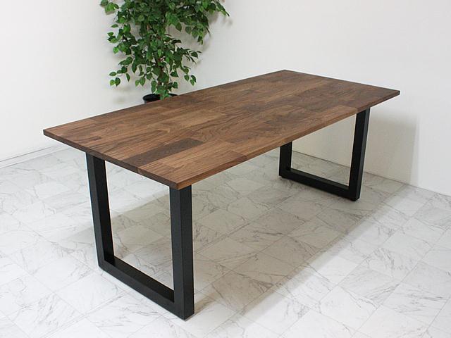 ウォールナット材の天板とブラックの金属脚のテーブル