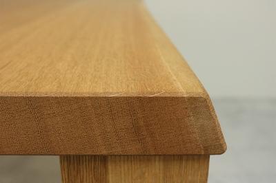 妥協を許さず作った無垢材の品格を感じさせるダイニングテーブル
