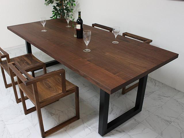 ウォールナット材とスチールのブラック脚のダイニングテーブル