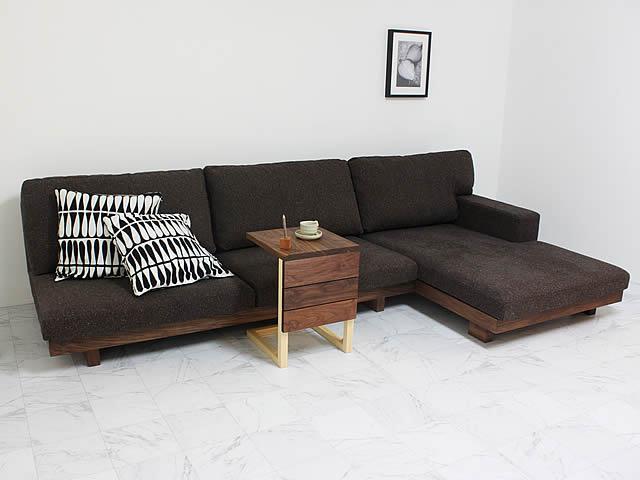 ワイドタイプのカウチ付ソファ