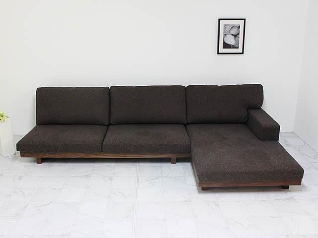 座面が深いロータイプのソファ