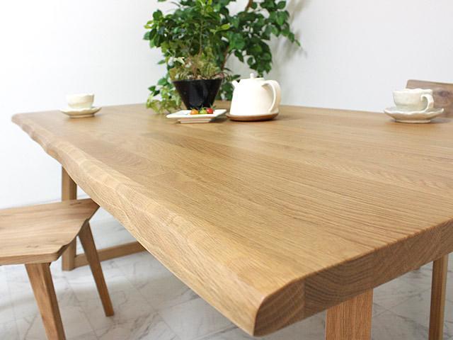 オークのラステック材を使用したダイニングテーブル