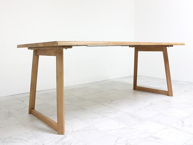 脚が印象的なダイニングテーブル