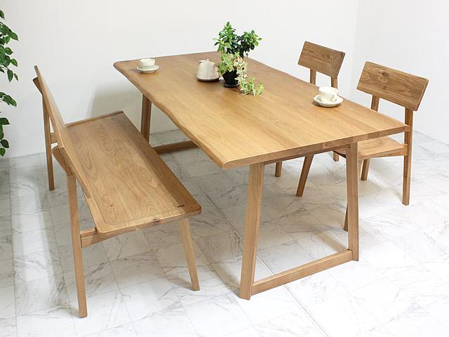 優しい温かさのあるコーディネートのダイニングテーブル、ベンチとチェア