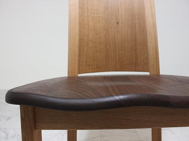 無垢のダイニングチェア座面の彫り込みが座りやすさを生む