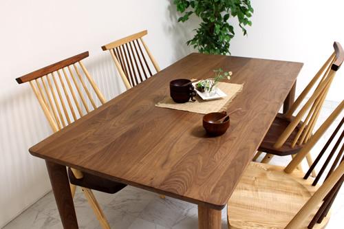 ウォールナット使用のダイニングテーブル美しい木目