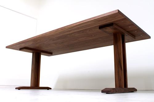 リビングダイニングにウォールナットの低いテーブルソファに合わせて