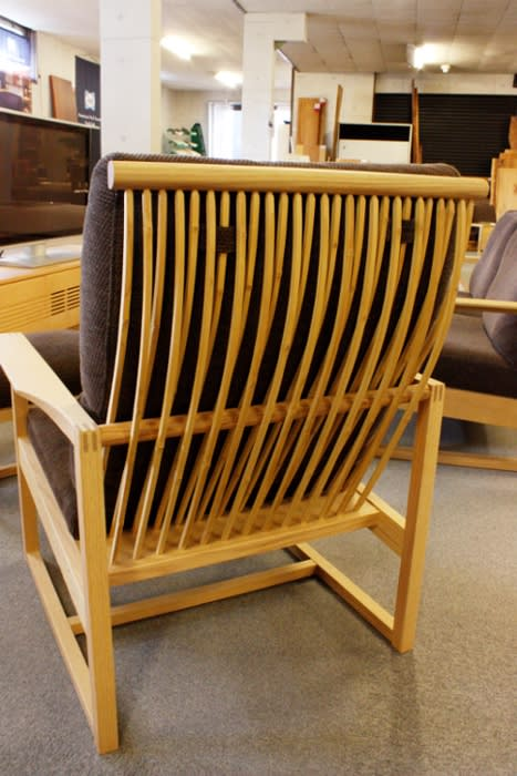 竹を格子状にした背面のイージーチェア