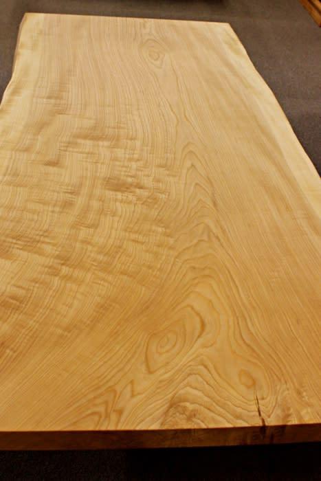 ローテーブルは明るい色とくっきりとした木目が特徴