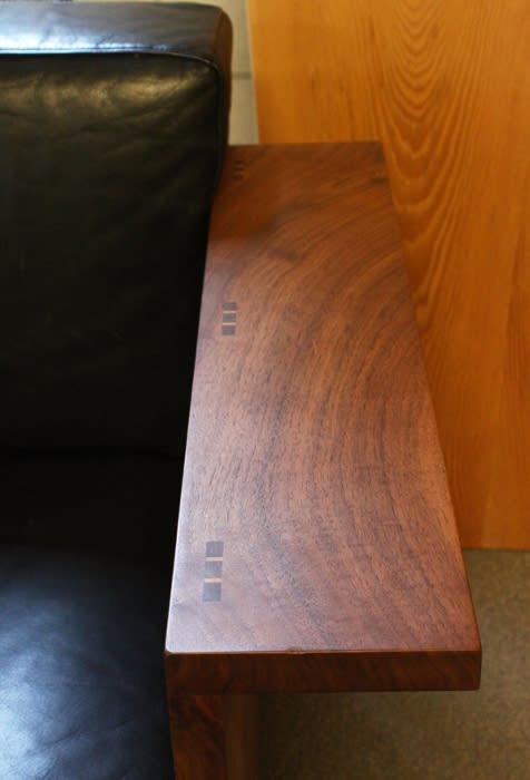 ウォールナット材ソファー木目美しい