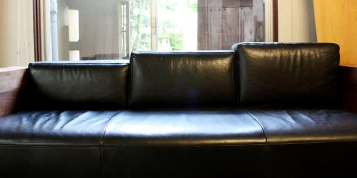 ウォールナット材、オイルレザーソファー背もたれデザイン