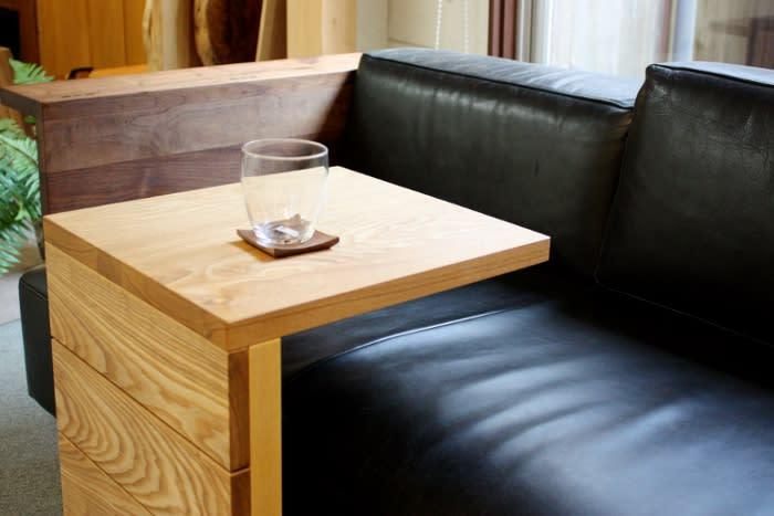 ウォールナット材ソファーに便利なサイドテーブル